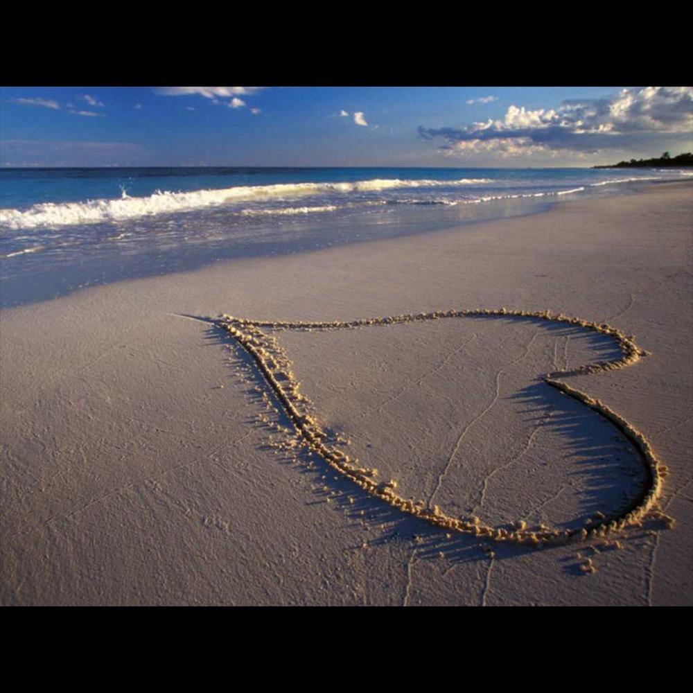 2011 надпись на песке возле волн  № 3342214  скачать