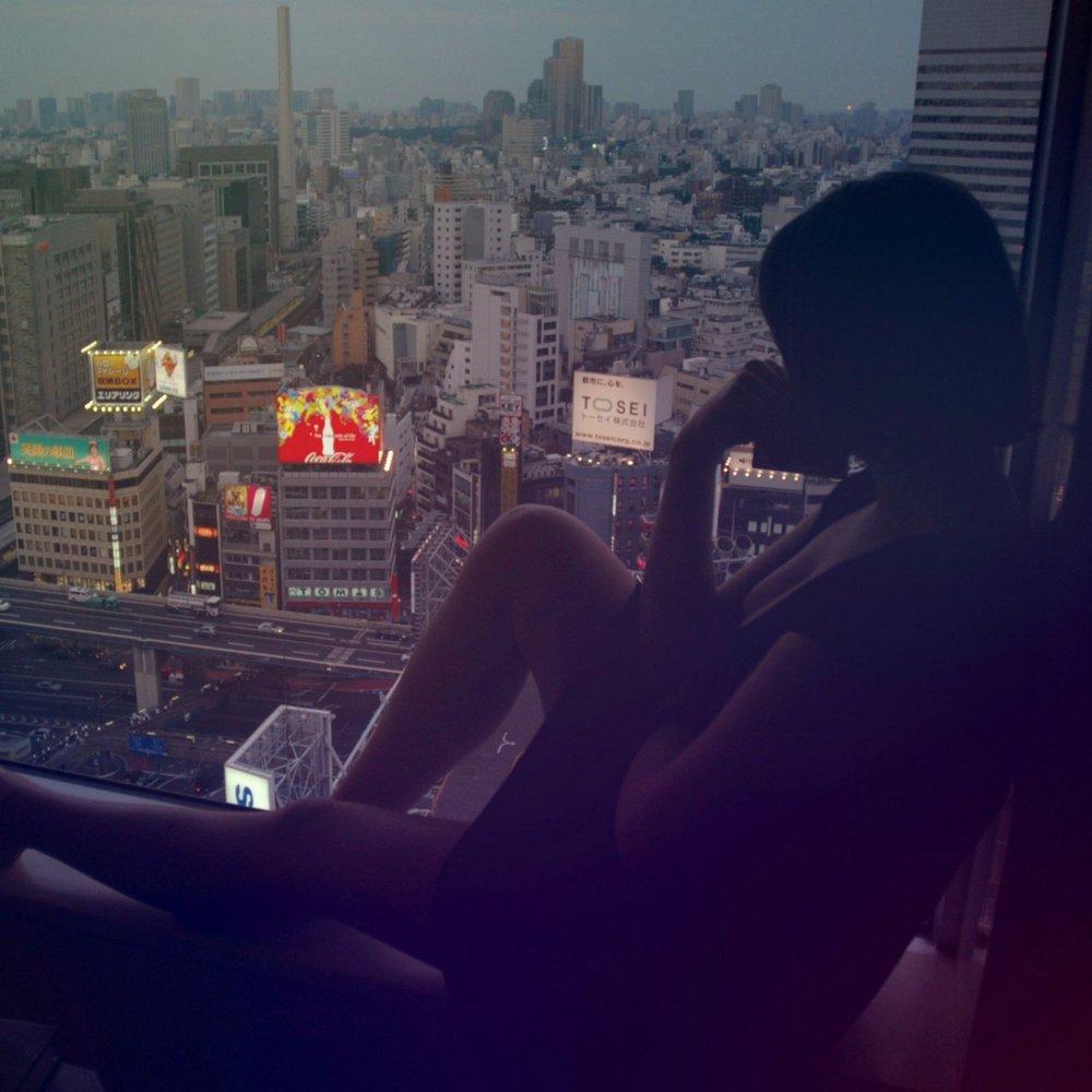 Фото девушка сидит на окне